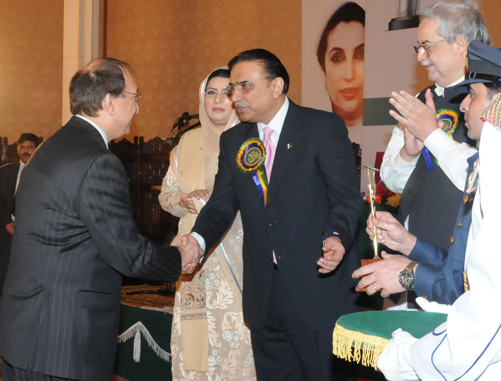 Naveed Saeed, SEVP, PTCL receiving Corporate Communication & PR Excellence Award from President of Pakistan Asif Ali Zardari during 21st APNS Advertising Awards ceremony