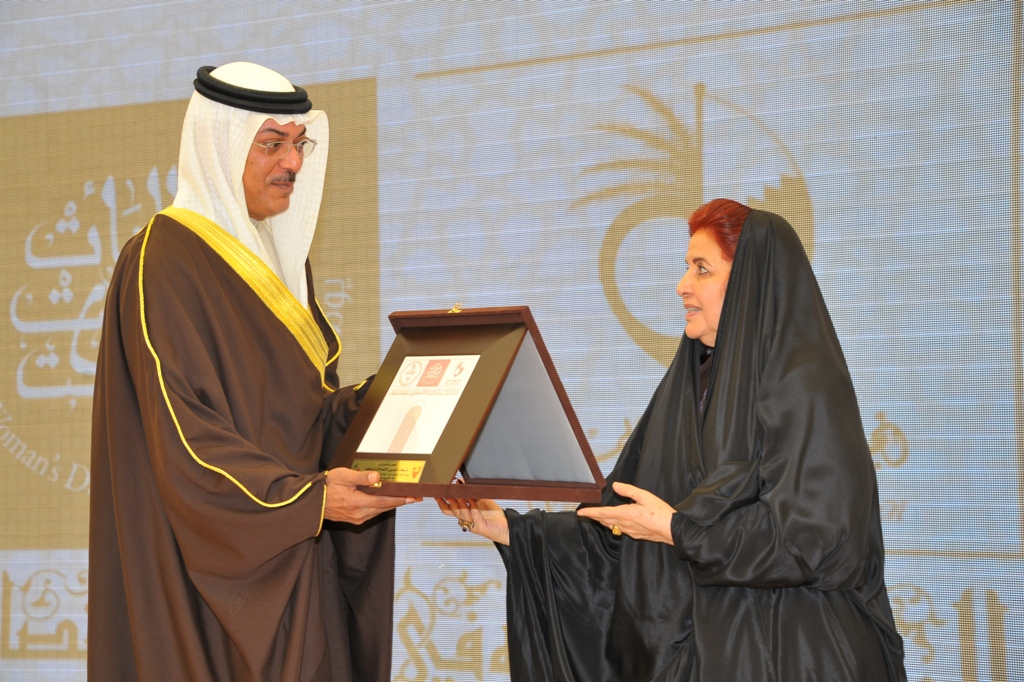 Supreme Council for Women - Shaikha Sabeeka Presents Plaque to Shaikh Ahmed