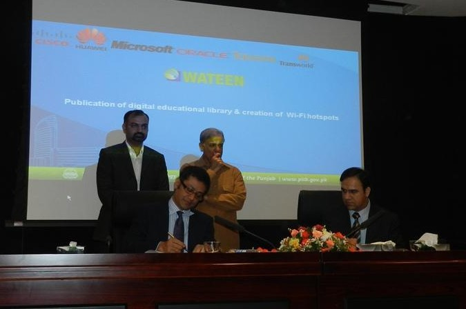 Naeem Zamindar, CEO Wateen Telecom, and Dr. Omar Saif, PITB, sign an MOU for enabling e-learning in the presence of CM Punjab Mian Shahbaz Sharif